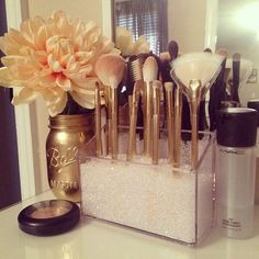 New Ideas diy makeup vanity decor organization ideas Spray Paint Mason Jars, Painted Mason Jars, Makeup Vanity Decor, Diy Vanity, Vanity Ideas, Makeup Desk, Vanity Room, Makeup Pro, Gold Makeup