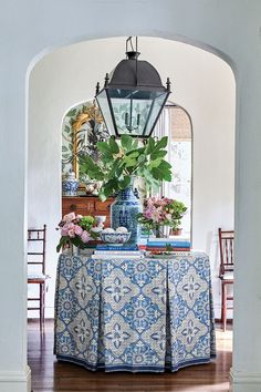 Blue-and-White Decor for Every Room - Flower Magazine Elegant Table Settings, Decks, Hydrangea Not Blooming, Striped Cushions, Hand Painted Walls, Blue Bouquet, Blue And White China, Blue China, Design Trends