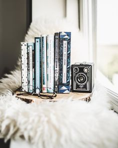 My favorite book spines are the ones with pretty patterns and a little box going down the spine, containing all the text 😃💙I know I'm a… Book Spine, Pretty Patterns, Little Boxes, Text Me, Book Fandoms, Flat Lay, Books To Read, Prints, Beautiful