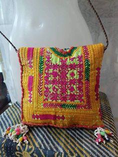 Bolsos confeccionados a mano con retales de telas antiguas bordadas.  Cierre cremallera.  Medidas: 22 cm x 23 cm.