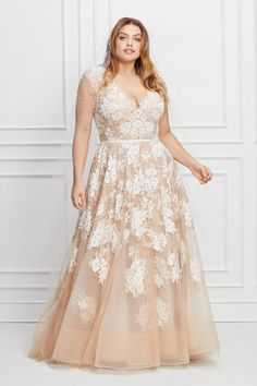 When searching for wedding dresses options, plus-size women feel left out and like there are no choices. But these plus-size wedding dresses accentuate curves and the bride's beautiful body. Plus Size Brides, Plus Size Wedding Gowns, Plus Size Gowns, Best Wedding Dresses, Tulle Wedding, Best Plus Size Dresses, Grad Dresses, Tulle Gown, A Line Gown