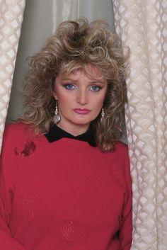 Bonnie Tyler - Source : thecelebritycity #bonnietyler #gaynorsullivan #gaynorhopkins #thequeenbonnietyler #therockingqueen #rockingqueen #bernardleloup #1986 #rock #music
