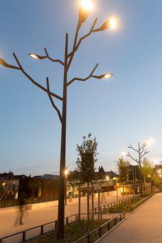 Oullins (69)_Pôle multimodal. CONIMAST et l'agence de conception lumière Cobalt (Lyon) ont créé Tree Light, un candélabre au design étonnant ! © Gilles Di Nallo