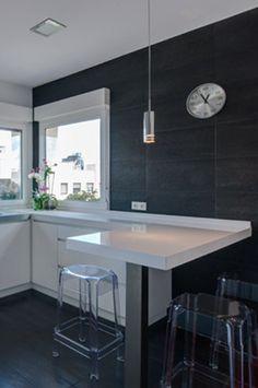 """Zona de barra en reforma de cocina de vivienda """"L de Luz"""", por ACGP_tedamosarquitectura"""