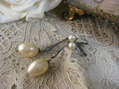 [ Antique French silver earrings  ] 1900年代頃のものと思われます。留め具部分には小粒のフェイクパールあしらわれ先端にはドロップ型のフェイクバロックパール、つなぎのシルバー金具には小さなラインストーンがはめ込まれて揺れるタイプの素敵なピアスです。ピアス留め具は上下に開閉するレバーバックタイプです。