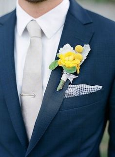 Yellow details with a navy suit Wedding Groom, Wedding Men, Wedding Suits, Wedding Attire, Dream Wedding, Blue Wedding, Wedding Ideas, Groom And Groomsmen Attire, Bridesmaids And Groomsmen