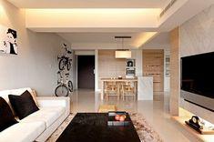 carrelage mural en marbre dans le salon avec canapé blanc, table basse en bois sombre et tapis shaggy beige