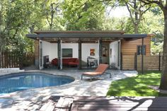 Travis Heights - Guest House - modern - pool - Cabana Pool House Bathroom, Pool House Decor, Backyard Guest Houses, Backyard Studio, Backyard Retreat, Small Pool Houses, Backyard Cottage, Pool Backyard, Modern Pool House