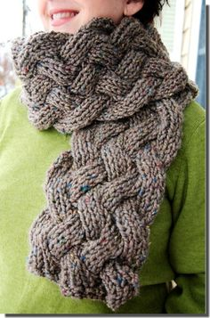 Deze Lamar sjaal is aan beide zijden gelijk, omdat het gebreid is in boordsteek1 recht, 1 links [1 R, 1 A].  Dat is zo niet te zien,...