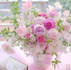 A beautiful bouquet of flowers. Arte Floral, Deco Floral, Beautiful Flower Arrangements, Floral Arrangements, Amazing Flowers, Beautiful Flowers, Simply Beautiful, Color Rosa, Ikebana