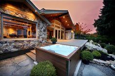Spa Jacuzzi® J-LXL™ dans le prolongement d'une terrasse en bois