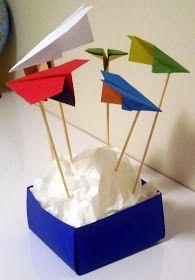 Comprei papel de origami com cada face de 1 cor. Colei num palito de churrasquinho de 25cm com cola branca. Coloquei duas plaquinhas de 2,5...