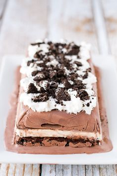 Ice Cream Cake Recipe -- this no bake ice cream cake can be prepared in about 5 minutes (plus freezing time). Layered with chocolate ice cream, vanilla ice cream sandwiches, hot fudge topping, and crushed Oreo cookies AND topped off with whipped cream and more crushed Oreos, it will knock their socks off!