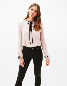 Camisa cuello con lazo. Descubre ésta y muchas otras prendas en Bershka con nuevos productos cada semana