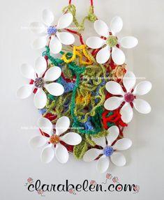 Hola a todos, amigos ;)  Estoy muy entusiasmada porque quería mostraros este adorno con flores de cucharas de plástico y lana tejida.    No es una manualidad de las que hago tan rapiditas pero merece la pena porque el resultado es muy artístico ;)