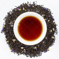 Die Gräfin hat sich in ein auffälliges Gewand gekleidet. Neben dem edlen Geschmack, verleihen die Malvenblüten stilvolle, königliche Gestalt. Mit der Aromen von Bergamotfrüchten wird der populärer, englischer Klassiker sehr stilvoll und geschmeidig. Zutaten: schwarzer Tee, Malvenblüten, natürliches Bergamotte-Aroma mit anderen natürlichen Aromen