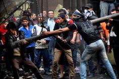 Manifestantes egipcios intentan derribar una valla en Tahrir Square, Cairo,Egipto, (AP)