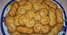 Greek Easter cookies from Smyrna by the Greek chef Akis Petretzikis. A quick and easy recipe for the most delicious and aromatic Easter cookies! Sweets Recipes, Easter Recipes, Cookie Recipes, Greek Recipes, Italian Recipes, Koulourakia Recipe, Greek Easter, Easter Cookies, Healthy Snacks