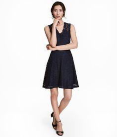 Sieh's dir an! Ärmelloses Kleid aus durchbrochener Spitze mit V-Ausschnitt und verdecktem Rückenreißverschluss. Teilungsnaht in der Taille und ein ausgestellter Rock. Jerseyfutter.  – Unter hm.com gibt's noch viel mehr.