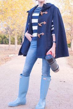 A cape coat is one of my favorite jackets to wear for fall outfits! I styled it with my Hunter boots, jeans, and a striped sweater for a cute fall outfit. Preppy Winter Outfits, Early Fall Outfits, Jeans Outfit Summer, Funky Outfits, Cute Fall Outfits, Summer Clothes, Summer Outfits, Wellies Rain Boots, Hunter Wellies