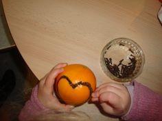 Planter de clous de girofle dans une orange