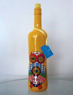 Garrafa pintada a mão e envernizada. Pode ser usada como decoração ou vaso de flores.  Obs.:  Não resiste a múltiplas lavagens. O formato da garrafa pode variar de acordo com a disponibilidade. R$ 60,00