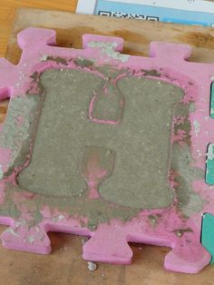 Use readily available kids' foam floor mats as a mould for concrete garden letters. You can use  'google translate' as the site is not in English:  http://itools.com/tool/google-translate-web-page-translator