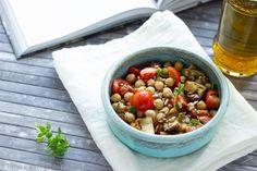 Dall'ultimo libro di Csaba dalla Zorza un' Insalata ceci melanzane e pomodorini, servita calda accompagnata cn cereali integrali diventa un ottimo piatto unico