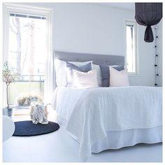 """787 tykkäystä, 17 kommenttia - Jenni (@keskipiste) Instagramissa: """"Evening sun shines to our bedroom ☀️ Good night! ✨  #bedroom #myhome #whitehome #whiteinterior…"""""""