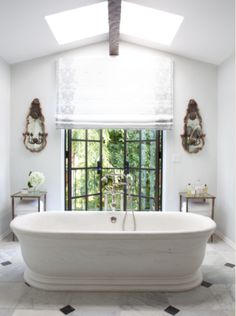 Domino editors pick the best Nate Berkus interiors that they're inspired by for their own homes. Find the best Nate Berkus interiors on domino. Nate Berkus, Suite Principal, Hollywood Hills Homes, Beautiful Bathrooms, Glamorous Bathroom, Luxurious Bathrooms, Elle Decor, Interiores Design, Bathroom Inspiration