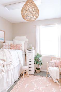 College Bedroom Decor, Boho Dorm Room, College Room, Cute Dorm Rooms, Room Ideas Bedroom, Dorm Rooms Girls, Dorm Room Beds, Preppy Dorm Room, Girl College Dorms