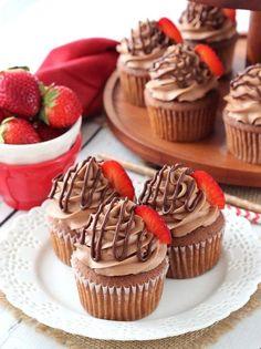 Шоколадные капкейки с клубникой и шоколадным кремом