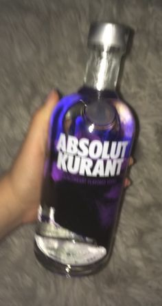 Easy Alcoholic Drinks, Party Drinks Alcohol, Vodka Drinks, Alcohol Bottles, Vodka Bottle, Absolut Kurant, Alcohol Aesthetic, Shotting Photo, Fall Drinks