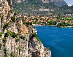 Il lago di Garda è il più grande dei laghi italiani e si estende al centro della pianura Padana tra la Lombardia, il Trentino Alto Adige e il Veneto.