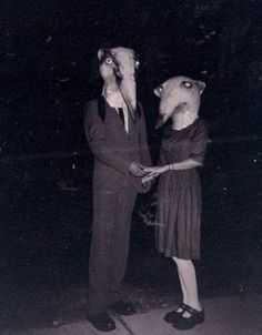 People have been dressing up in costume for Halloween for many years. Here is a collection of vintage photos showing Halloween costumes through the years. These costumes look a lot scarier than some of the costumes we see now. Coastumes Halloween Effrayants, Creepy Costumes, Creepy Halloween Costumes, Halloween Clothes, Rat Costume, Couple Halloween, Spirit Halloween, Halloween Outfits, Photos D'halloween Vintage