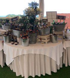 Exposición de cervezas en botellines Beer Table, Beer Bar, Beer Wedding, Wedding Table, Beer Tasting Parties, Backyard Party Decorations, Food Displays, Breakfast Buffet, Bar Drinks