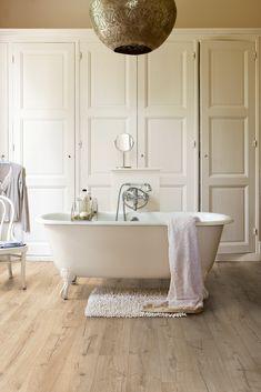 Hermoso cuarto de #baño con tarima vinílica en terminado de #madera y elementos en color blanco #designehome #interiorismo #decoración #estilo #home