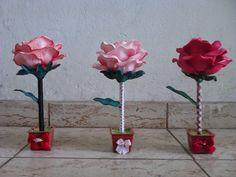 Primeira Magia: Canetas decoradas com Rosas em E.V.A Cd Crafts, Flower Crafts, Organza Flowers, Fabric Flowers, Pen Toppers, Flower Pens, Giant Flowers, Mothers Day Crafts, Silk Roses