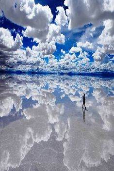 This picture is taken in Bolivia in the famous salty desert called Salar de Uyuni. It's probably the best place to take wonderful pictures and witness the beauty of nature. Uyuni Bolivia, Unbelievable Pictures, Les Continents, Photoshop, Countries To Visit, Flat Earth, Natural Wonders, Wonders Of The World, South America
