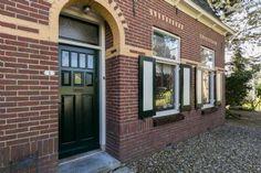 Een prachtige jaren '30 woning in Heinenoord. Wat een mooie gevel.