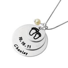 """Collar """"Peke Huellitas"""" (Plata ley 925 y perla de río) Lleva junto a tu corazón el día y nombre de esa personita que llena tus días de amor y te hace una mami feliz."""