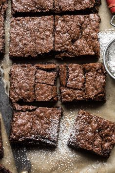 Crinkle Top Brownies: light, a little fudgy, extra chocolatey, perfectly sweet, … - Delicious recipes Brownie Toppings, Brownie Recipes, Chocolate Recipes, Chocolate Chips, Simple Brownie Recipe, Best Brownie Recipe, Pudding Recipes, Mint Chocolate, Best Easy Dessert Recipes