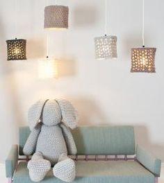 Gebreide hanglampen - DIY - leuke lampenkap die zelf gebreid is. Het frame voor de lamp koop je online. meer info: http://www.zook.nl/gebreide-lampen