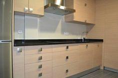 #diseño de #cocinas Diseño de cocinas en Valdemoro modelo Neon madera clarita con negro intenso #valdemoro #madrid