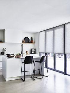 Ook voor grotere ramen.. #dupli #raamdecoratie #keuken #bece #inspiratie Home Living Room, Decoration, Blinds, Ramen, Interior, Kitchen, Table, House, Inspiration