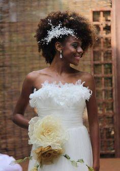 penteado-para-noiva-negra-afro Afro Hairstyles, Bride Hairstyles, Belle Hairstyle, Updo Hairstyle, Black Hairstyles, Natural Hair Wedding, Natural Hair Brides, Natural Curls, Natural Wedding Hairstyles