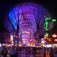 #fremont #street #experience #las #vegas #luz #noche #fiesta #usa #viajes #igersrecommend #picoftheday #fotodeldia #lights #night #people | Flickr: Intercambio de fotos