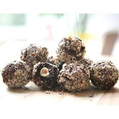 I had lots of you guys asking for the recipe for my healthier take on Ferrero Rochers, so happy to share that's it's now on my blog! These are delicious!! They contain a solid hazelnut in the middle, surrounded by a hazelnut chocolate truffle, and an outer chopped hazelnut shell. They are my absolute favourite treat right now! Head to www.healthyalways.co.nz for the recipe, link is in my bio xx