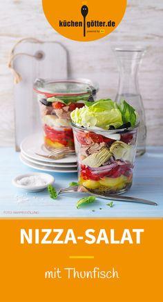 NIZZA-SALAT MIT THUNFISCH - Ab in den Süden! Der dekorative Schichtsalat zaubert mediterranes Bistro-Flair auf unsere Teller - mit buntem Gemüse, Salat, Thunfisch und Ei in einer würzigen Vinaigrette.
