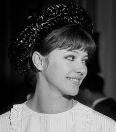 Anna Karina, Francoise Hardy, Portrait, Beautiful Actresses, Makeup Looks, Autumn Fashion, Hair Color, Cinema, Hair Styles